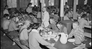 734px-Manzanar_Relocation_Center,_Manzanar,_California._Mealtime_at_Manzanar,_a_War_Relocation_Authority_._._._-_NARA_-_536863