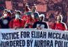 Militantes afrodescendientes del PSL con pancarta que lee en ingles Justice For Elijah McClain, Murdered By Aurora Police