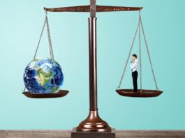Una balanza con el mundo y una persona en equilibrio
