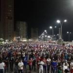 Foto de miles de manifestantes Cubanos en apoyo de la revolución